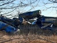 По данным СУ, с рельсов сошли 33 вагона, вылился груз из шести цистерн, в ходе инцидента погиб 51-летний дорожный мастер