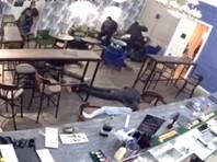 В среду в заведениях общепита города, которые сейчас могут работать только до 23:00, прошли проверки с участием сотрудников Следственного комитета. В одном из баров силовики избили находившихся там людей. Власти сочли действия правоохранителей оправданными