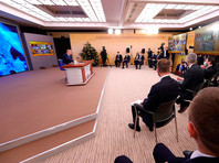Некоторые журналисты кремлевского пула находятся непосредственно в Ново-Огарево. Сообщается, что этим приближенным журналистам больше двух недель пришлось провести в изоляции, чтобы сегодня отправиться в Ново-Огарево