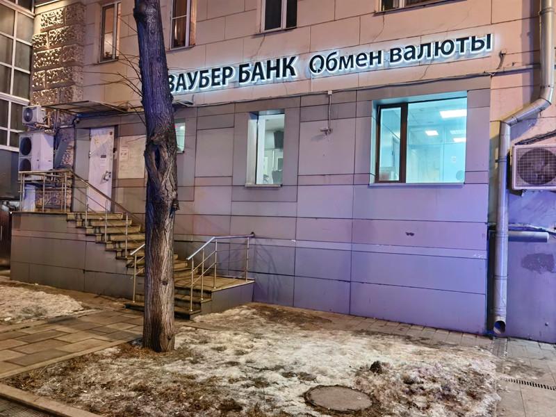 """Попытка ограбления была предпринята в банке на Зацепском валу. Грабитель угрожал персоналу банка """"предметом, похожим на пистолет"""". Затем он сделал несколько выстрелов и скрылся"""