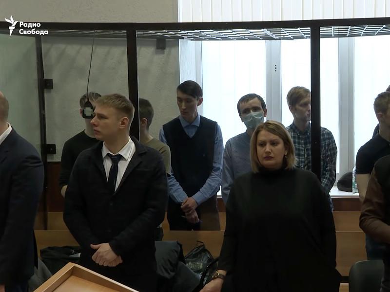 В феврале Приволжский окружной военный суд приговорил семерых обвиняемых к срокам от шести до 18 лет колонии