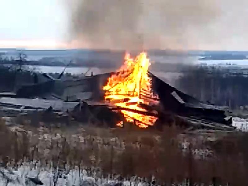 Жители села Окишино Лысковского района Нижегородской области разместили в соцсетях видео горевшей колокольни. Как выяснилось, колокольню сожгли, чтобы не тратить средства на снос строения, решение о сносе было согласовано с местными жителями