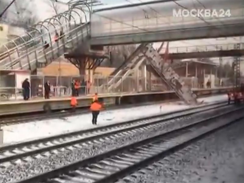 Часть пешеходного моста обрушилась на железную дорогу в районе Химок