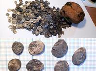 Наибольшую часть клада составили монеты времен трех русских правителей - Ивана Грозного, Бориса Годунова и Василия Шуйского. Самыми поздними оказались монеты, отчеканенные шведами в оккупированном Новгороде в 1611-1617 годах