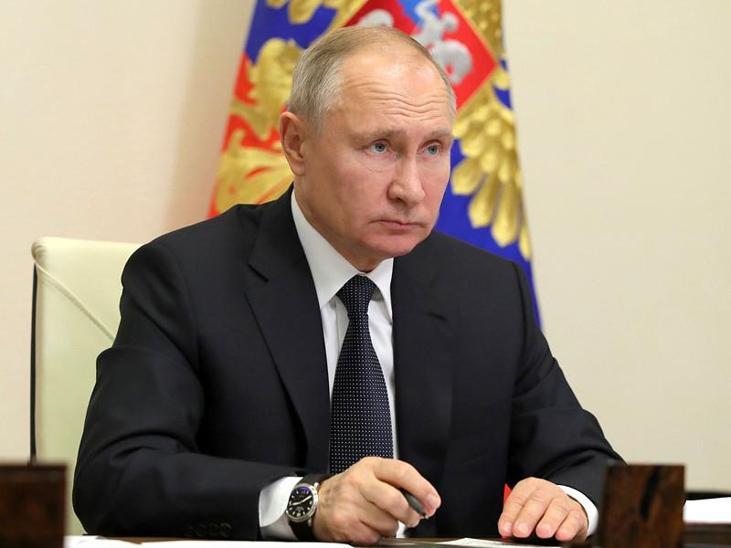 Президент РФ Владимир Путин призвал обеспечить социальные выплаты в двойном размере медикам, работающим с больными COVID-19 во время новогодних праздников