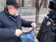 Полиция задержала режиссера-документалиста Виталия Манского, вышедшего к зданию ФСБ на одиночный пикет с синими трусами в руках