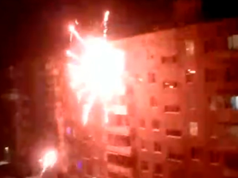 В Омске в одном из дворов заряды фейерверка били прямо по балкону и окнам находящегося рядом многоэтажного дома