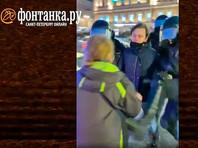 Прокуратура Петербурга и ГУ МВД по городу начало проверку случая в Санкт-Петербурге, где во время разгона акции в поддержку Алексея Навального сотрудник ОМОН пнул ногой женщину в живот
