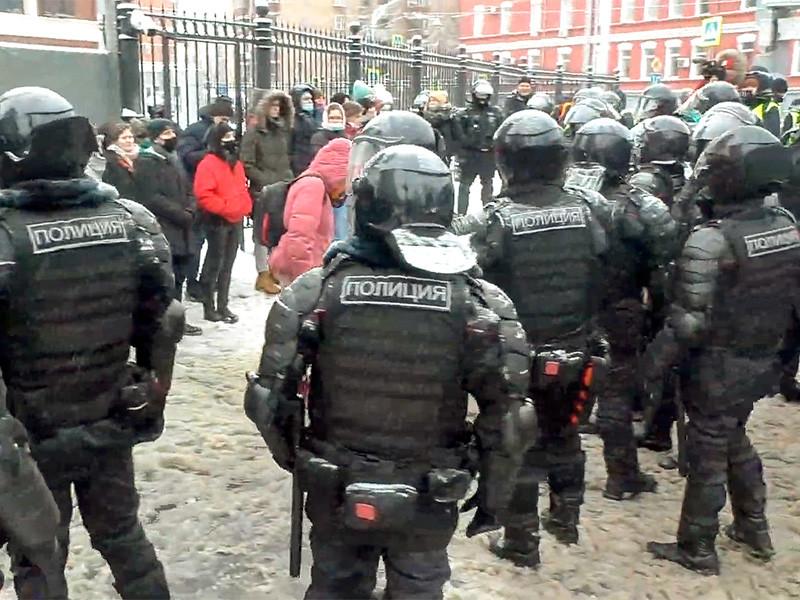 В данный момент полиция зачищает дворы на Русаковской улице, напротив Стромынского переулка. Протестующих ищут в подъездах жилых домов