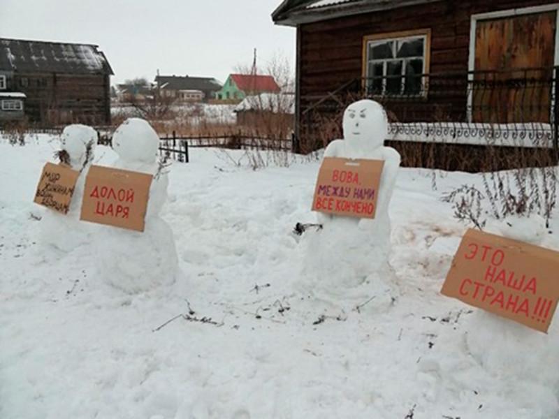 В Архангельской области разогнали митинг снеговиков с плакатами против Путина