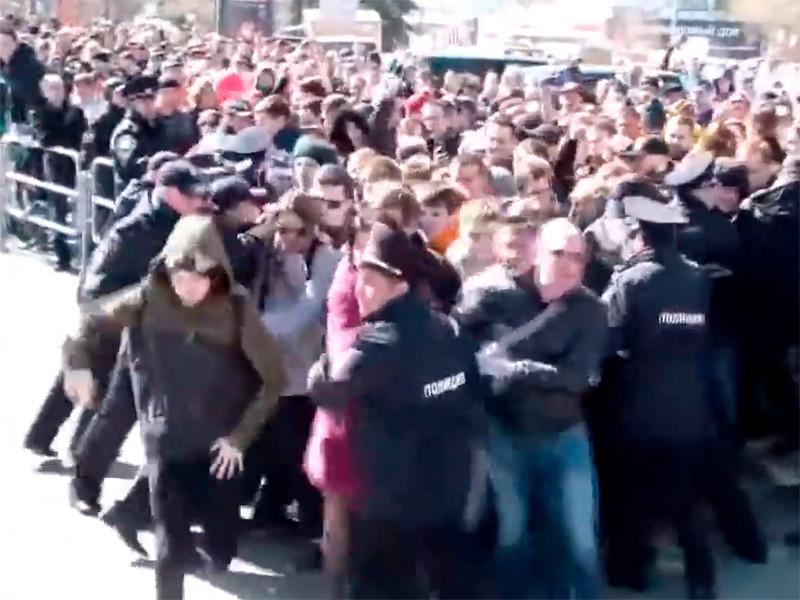 """5 мая 2018 года во время протестной акции """"Он нам не царь"""", посвященной инаугурации Владимира Путина, сторонники Навального прорвали оцепление полиции, которое мешало протестующим пройти к парку Алое Поле"""