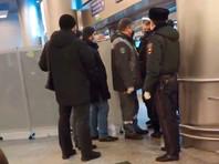 В международной зоне московского аэропорта Внуково, куда из Германии прилетает оппозиционер Алексей Навальный, установили ширму, сообщает телеграм-канал Avtozak LIVE. Теперь из-за ограждения не видно, кто выходит из зеленой зоны. В сам аэропорт пускают только при наличии билета