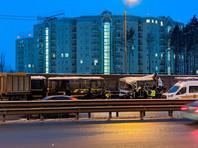 В Подмосковье на Новорижском шоссе столкнулись четыре военных автобуса и гражданский автомобиль