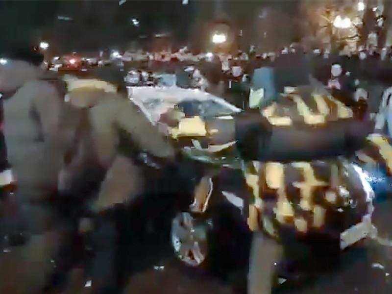 """Также, по данным СК, участники акции блокировали автомобиль, двигавшийся по Цветному бульвару и, """"совершив хулиганские действия, повредили его, а также распылили в лицо водителя слезоточивый газ"""""""