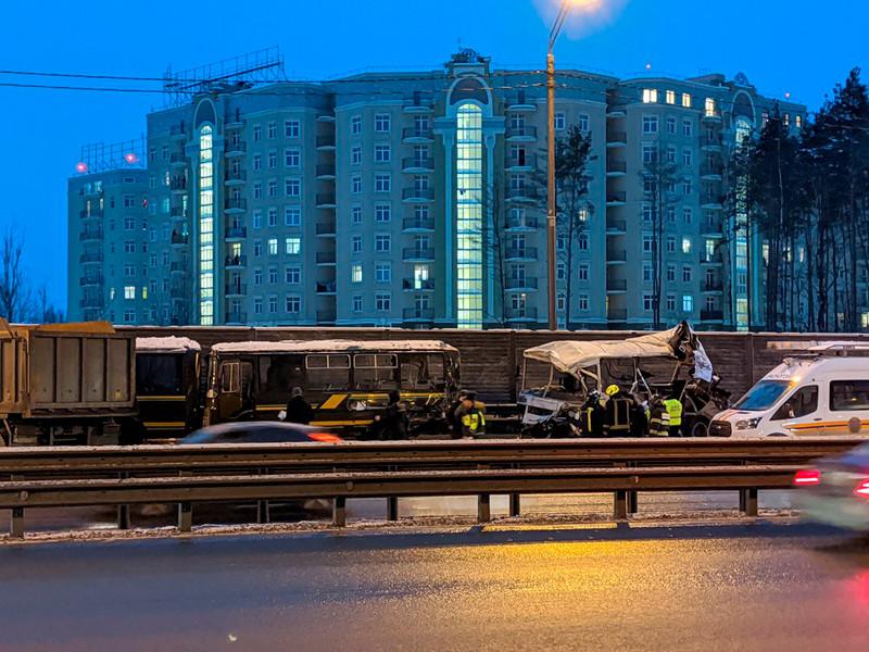 """Обстановка на месте аварии с автобусом и грузовиком на трассе М-9 """"Балтия"""" в Подмосковье"""
