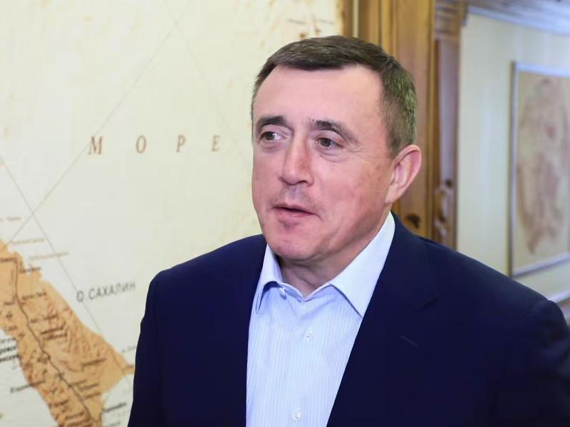 Губернатор Сахалинской области Валерий Лимаренко пообещал выдавать привитым от коронавируса жителям региона специальные бейджи, дающие право находиться без маски в общественных местах