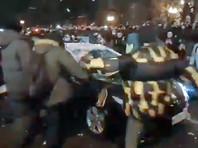 Четырех участников акций протеста в Москве обвинили в насилии в отношении полицейских, возбуждено дело о нападении на машину ФСБ (ВИДЕО)