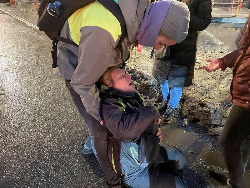 Вечером 23 января на площади Восстания петербуженка Маргарита Юдина преградила дорогу двум сотрудникам ОМОН, попытавшись спросить у них, почему они так грубо задерживают молодого человека. В ответ на это, как видно на видео, один из силовиков пнул ее ногой в живот