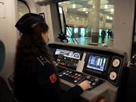 Пока что женщины будут управлять поездами на Филевской линии метро. В дептрансе отметили, что в связи с автоматизацией перевода стрелок, которым раньше занимались машинисты, их труд больше не сопряжен с тяжелой физической нагрузкой
