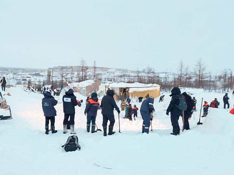 """Спасатели извлекли тела полуторагодовалого ребенка и его родителей 38 и 45 лет на месте схода снежной лавины в горнолыжном комплексе """"Гора Отдельная"""" в Норильске"""