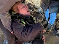 ОМОНовец, ударивший ногой 54-летнюю женщину на акции протеста в Петербурге, извинился перед ней в больнице (ВИДЕО). Ее сразу выписали