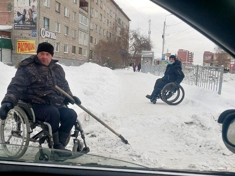 Прокуратура Новосибирской области выясняет, почему улица Искитима чистят от снега инвалиды-колясочники