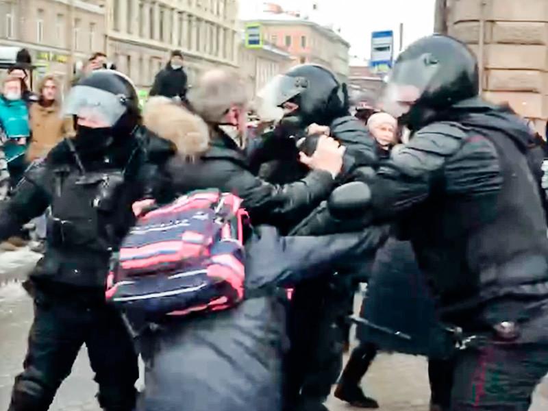 В Санкт-Петербурге полиция применила слезоточивый газ против протестующих на Сенной площади, после того как толпа попыталась отбить задержанных