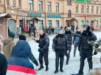 В Петербурге на Сенной площади полицейский достал табельное оружие и направил его на протестующих (ВИДЕО)