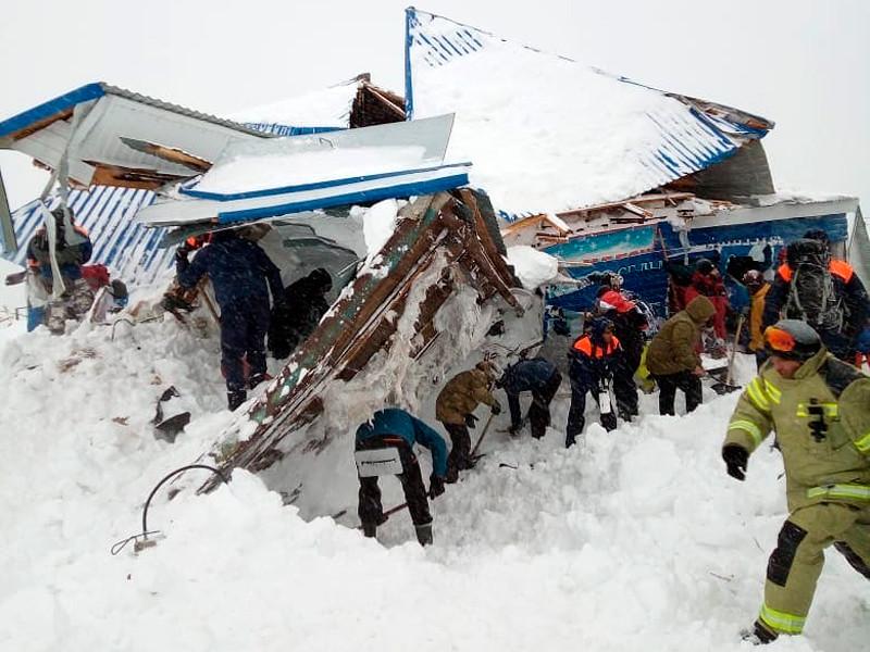 Последствия схода лавины в Домбае