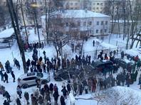 Сторонники Алексея Навального перед зданием УВД в Химках