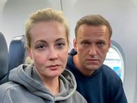 """Перед вылетом он не общался с прессой. Сев в самолет, оппозиционер завил журналистам: """"Я уверен, что все будет абсолютно прекрасно, я сегодня очень счастлив"""". Вместе с ним его жена Юлия, пресс-секретарь ФБК Кира Ярмыш и адвокат Ольга Михайлова"""