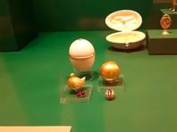 """Опрошенные BBC эксперты активнее всего критикуют два экспоната на выставке в Эрмитаже. Первый - похожее на """"Курочку"""" яйцо, отличающееся мелкими деталями: его венчает навершие, которого нет у оригинала, а вместо тонкой золотой каймы яйцо разделяется на две части широкой фигурной каймой"""