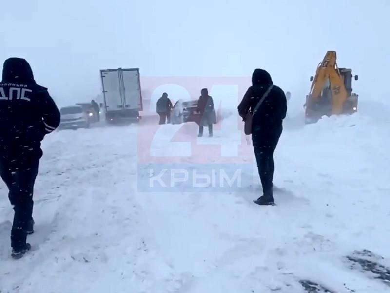 Дорожная техника ведет расчистку подъездов к Крымскому мосту и самой переправы, выставлены посты ГИБДД, которые направляют автомобилистов в Керчь