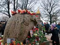 В Петербурге к 15:00 у Соловецкого камня на Троицкой площади собралось около 300 человек