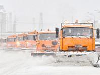 В некоторых районах Москвы сугробы уже достигли 65-70 см, и это не предел. По данным синоптиков, снегопад ослабеет не раньше 15:00 субботы, а полностью прекратится к вечеру воскресенья