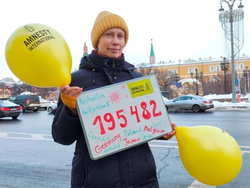 Правозащитники из Amnesty International передала российским властям почти 200 тысяч подписей из разных стран под петицией с требованием немедленно освободить Алексея Навального, сообщается на сайте организации