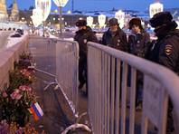 """Перед тем, как выставить полицейский пост на Большом Москворецком мосту рядом с Кремлем, силовики в пятницу вечером """"зачистили"""" народный мемориал погибшему оппозиционеру. Эти действия сопровождались задержаниями активистов"""