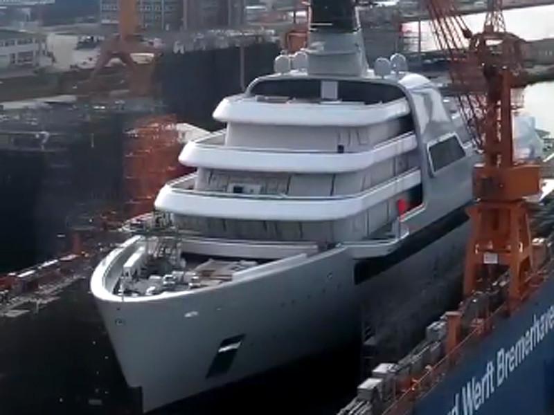 Экспедиционная моторная яхта оснащена восемью палубами, 48 каютами, лифтом, тренажерным залом, вертолетной площадкой, джакузи, бассейном, ангаром для вертолетов (два вертолета для яхты уже заказаны) и гаражом для сопроводительных судов. Solaris вмещает до 36 пассажиров и 60 человек экипажа