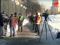 С самого утра полицейские патрулируют периметр суда, территорию обследует кинолог с собакой. Возле здания дежурят около 20 судебных приставов в бронежилетах