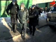 Работающие у здания Мосгорсуда полицейские закрыли свои нагрудные жетоны (ФОТО)