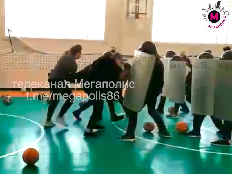 В Нижневартовске в ХМАО сотрудники полиции показали ученикам школы N 42, как проходят задержания на акциях протеста