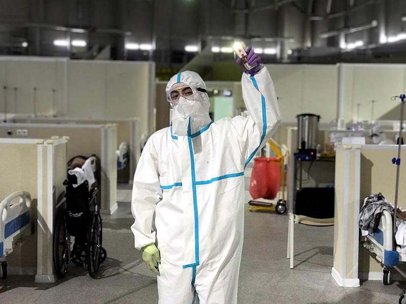 Медицинский работник сделал снимок во время рабочей смены в госпитале - в кадре он стоит в защитном костюме и светит фонариком