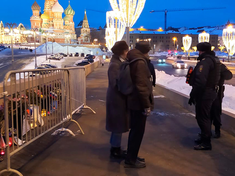 """В Москве вечером в пятницу, 19 февраля, сотрудники полиции задержали волонтеров - """"смотрителей"""", которые охраняют мемориал на месте убийства политика Бориса Немцова"""