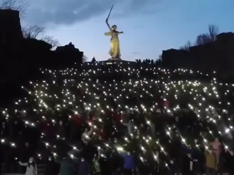 Волгоградских учителей, врачей и других работников бюджетной сферы в добровольно-принудительном порядке сняли в клипе в поддержку президента на Мамаевом кургане