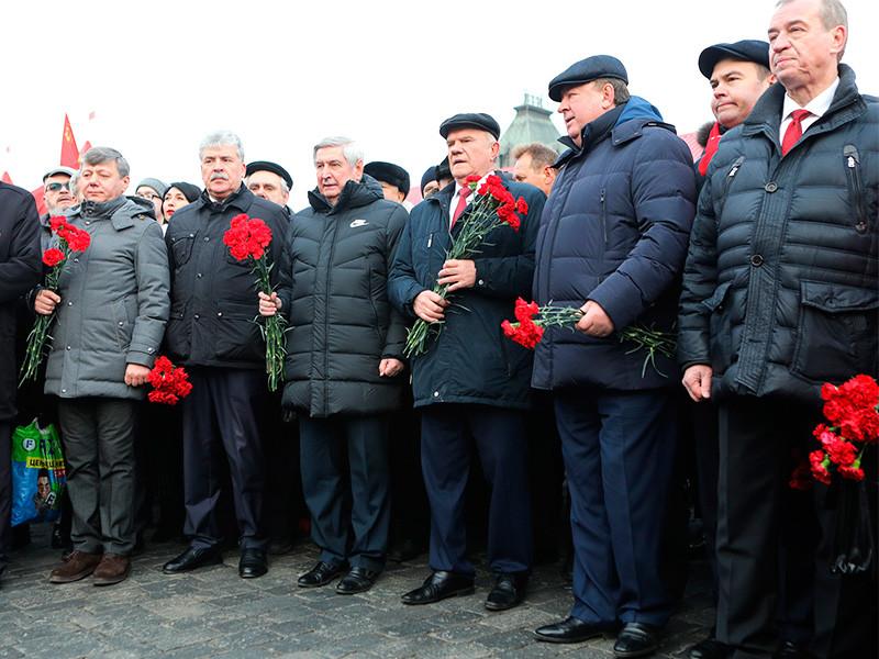 Акции КПРФ 23 февраля в Москве в формате встречи с депутатами от партии у памятника князю Владимиру не будет. На сайте партии сообщается, что КПРФ намерена в этот день возложить венки и цветы к Могиле Неизвестного Солдата, других акций не будет