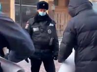 """В центре Москвы членов """"Яблока"""" задерживали за одиночные пикеты"""