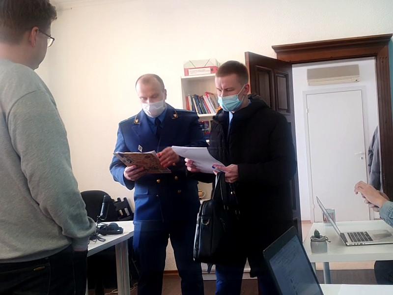 В томский штаб Алексея Навального пришли сотрудники прокуратуры, чтобы вручить активистам штаба предостережения о недопустимости проведения массовой акции
