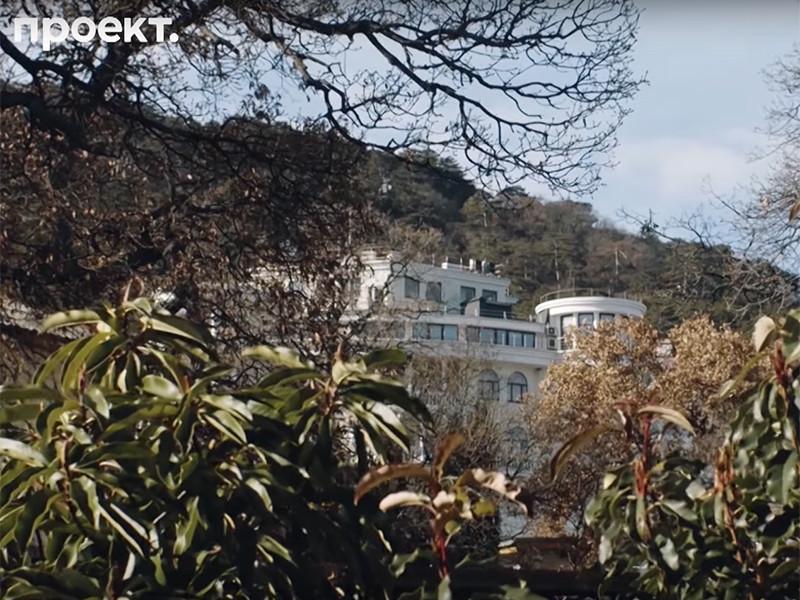 """Госдача N1 """"Глициния"""" была построена в 1955 году для генсека ЦК КПСС Никиты Хрущева. Она расположена в поселке Ореанда близ Ялты, на окраине Ливадийского парка, разбитого в конце XIX века на землях крымского имения семьи Романовых"""