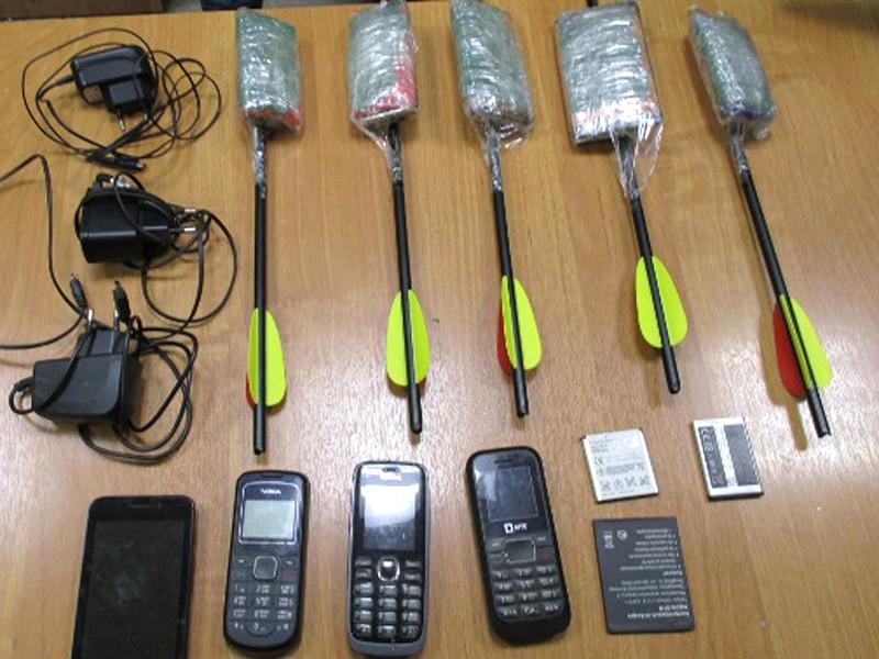 Мобильные телефоны, изъятые при нелегальной передаче заключенным в Архангельской области