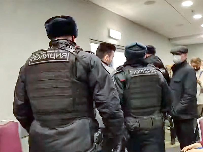 """В Москве полиция пришла на форум независимых депутатов проекта """"Объединенные демократы"""" и начала задерживать участников"""